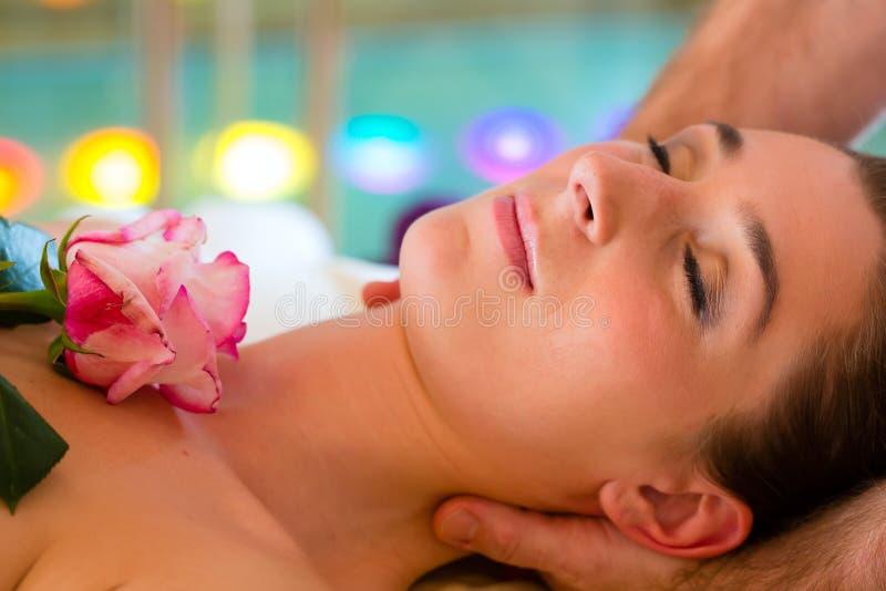 Mujer que disfruta del masaje principal en un balneario fotos de archivo