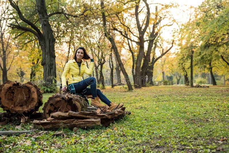 Mujer que disfruta del otoño en el bosque fotografía de archivo