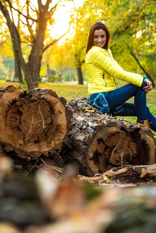 Mujer que disfruta del otoño en el bosque imagen de archivo libre de regalías
