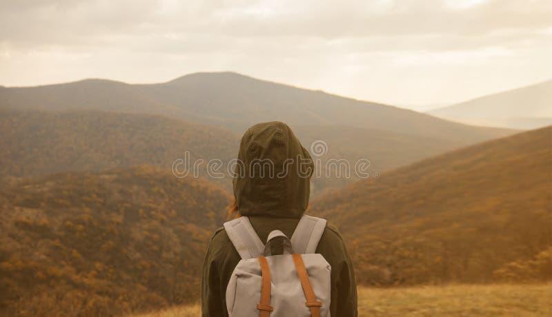 Mujer que disfruta del paisaje de las montañas del otoño imagenes de archivo