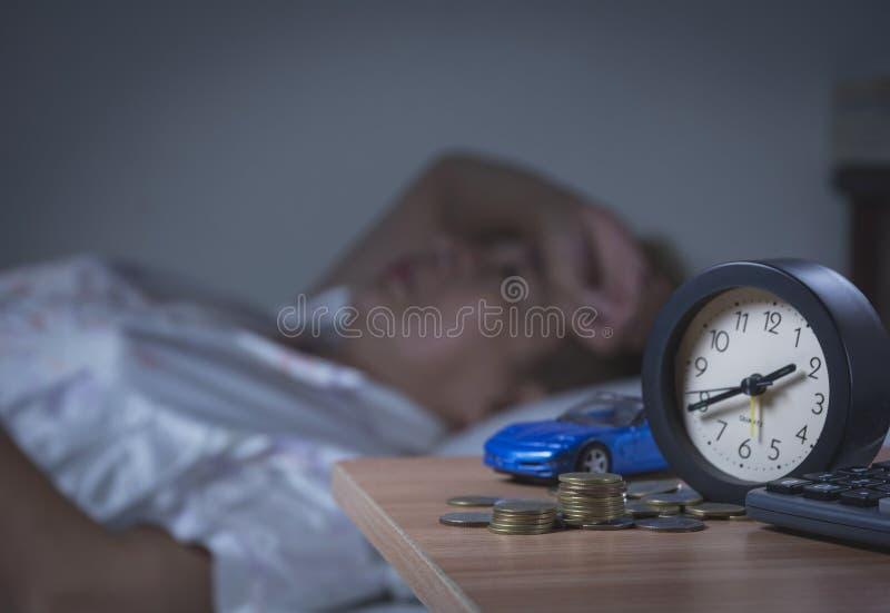 Mujer que duerme en su cama en la noche, ella está descansando fotografía de archivo