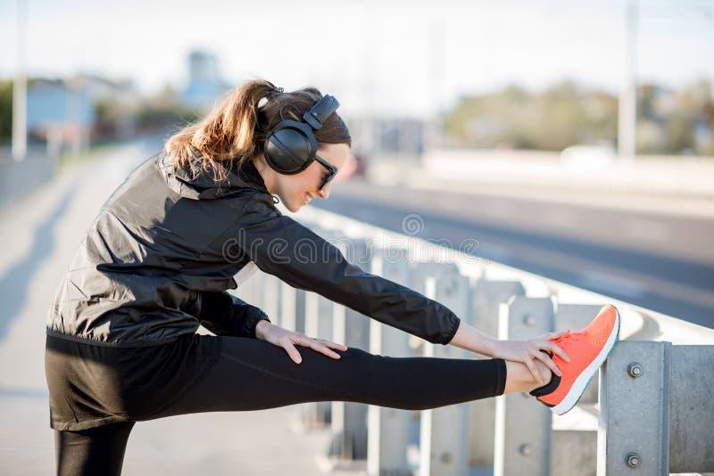 Mujer que ejercita al aire libre en el puente imagen de archivo libre de regalías