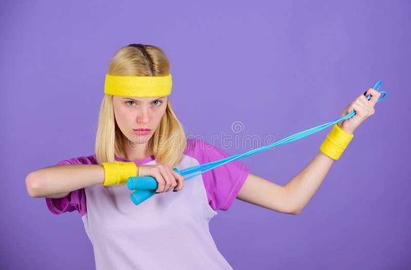Mujer que ejercita con la cuerda de salto Semana de salto del desafío Acercamiento apropiado para perder el peso Concepto de la p imagen de archivo libre de regalías