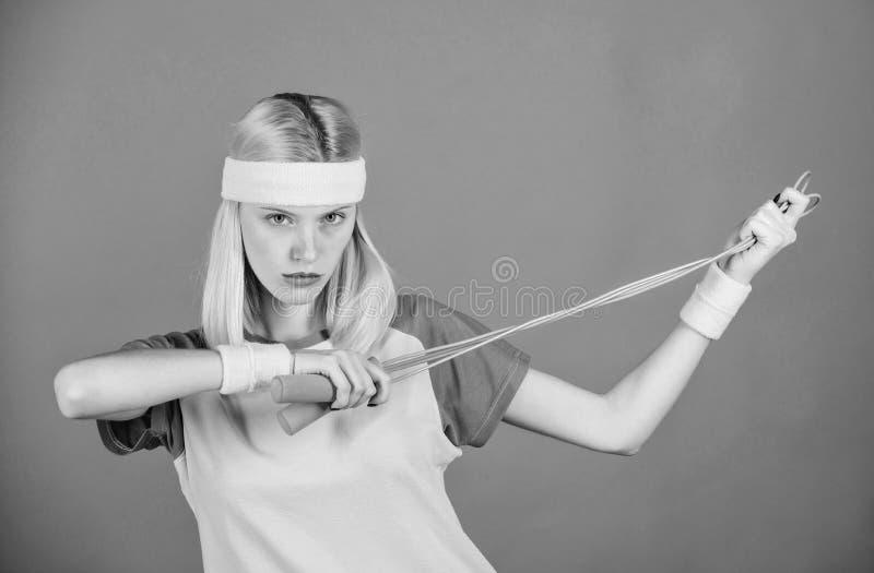 Mujer que ejercita con la cuerda de salto Semana de salto del desafío Acercamiento apropiado para perder el peso Concepto de la p foto de archivo libre de regalías