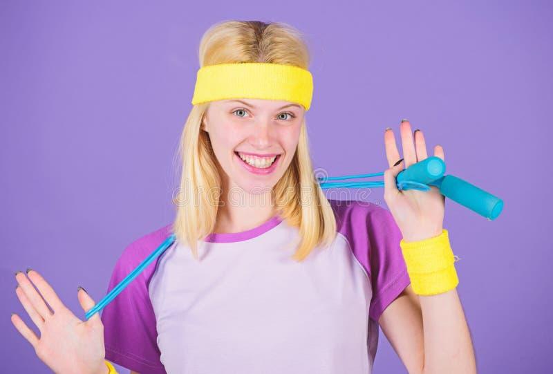 Mujer que ejercita con la cuerda de salto Ventajas de salto del ejercicio Acercamiento apropiado para perder el peso Concepto de  imagenes de archivo