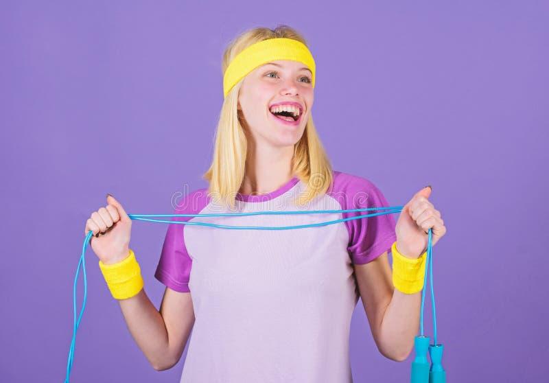 Mujer que ejercita con la cuerda de salto Ventajas de salto del ejercicio Acercamiento apropiado para perder el peso La cuerda de imagen de archivo libre de regalías