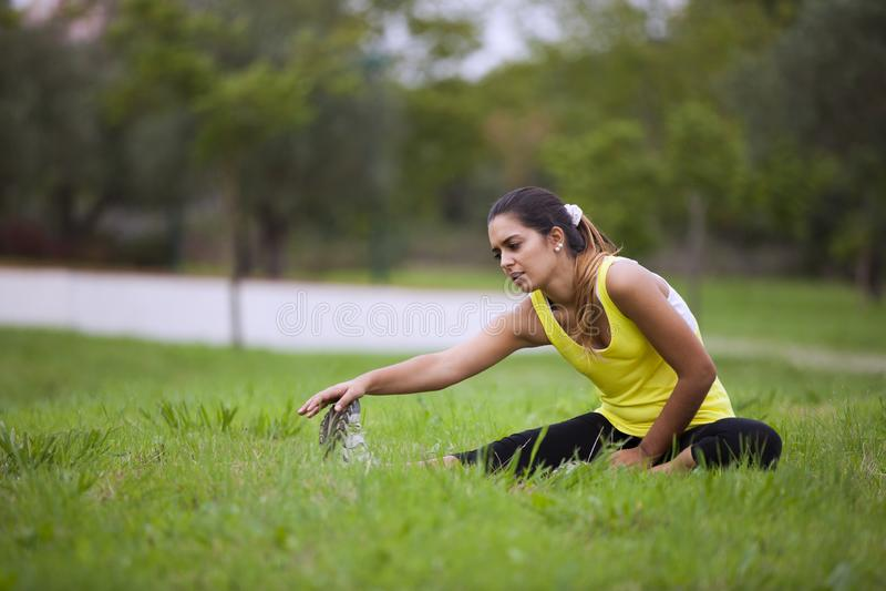 Mujer que ejercita en al aire libre fotos de archivo
