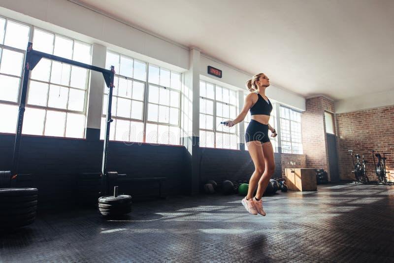 Mujer que ejercita en gimnasio fotografía de archivo