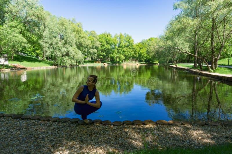 Mujer que ejercita yoga foto de archivo