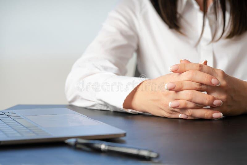 Mujer que elabora en la mano de la oficina en cierre del teclado fotos de archivo libres de regalías