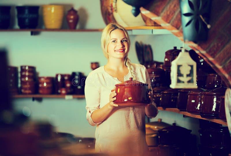 Mujer que elige el utensilio de cerámica fotografía de archivo