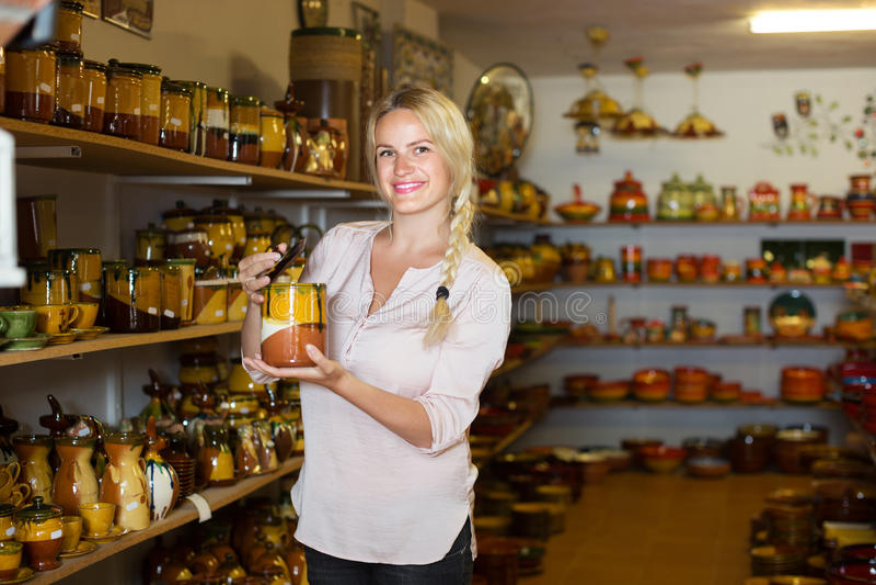 Mujer que elige el utensilio de cerámica fotografía de archivo libre de regalías