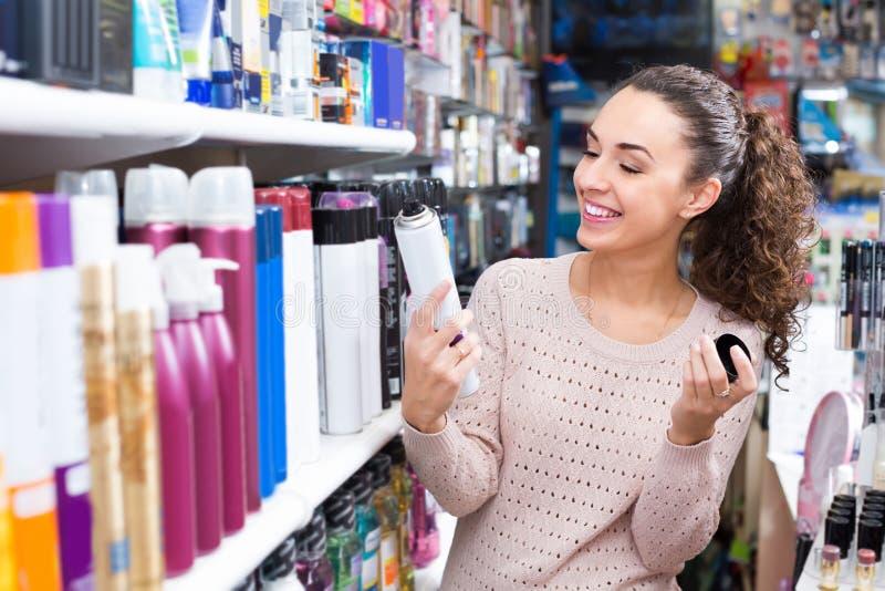 Mujer que elige la laca en supermercado imágenes de archivo libres de regalías