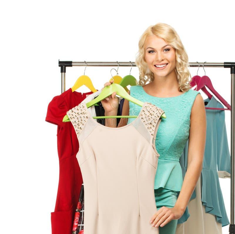 Mujer que elige la ropa fotografía de archivo