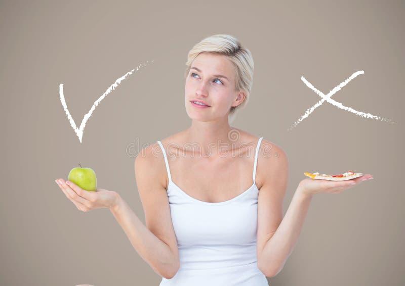 Mujer que elige o que decide comiendo la comida con las manos de la palma y señal de la derecha o del mal y x abiertos fotos de archivo