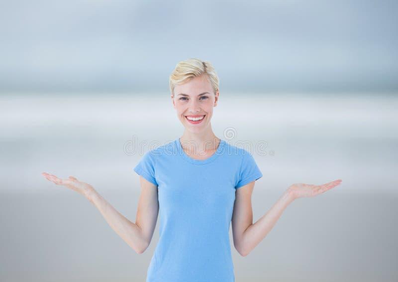 Mujer que elige o que decide con las manos abiertas de la palma foto de archivo libre de regalías