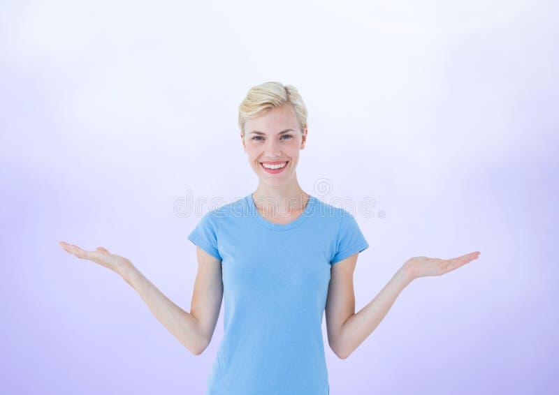 Mujer que elige o que decide con las manos abiertas de las palmas imagenes de archivo