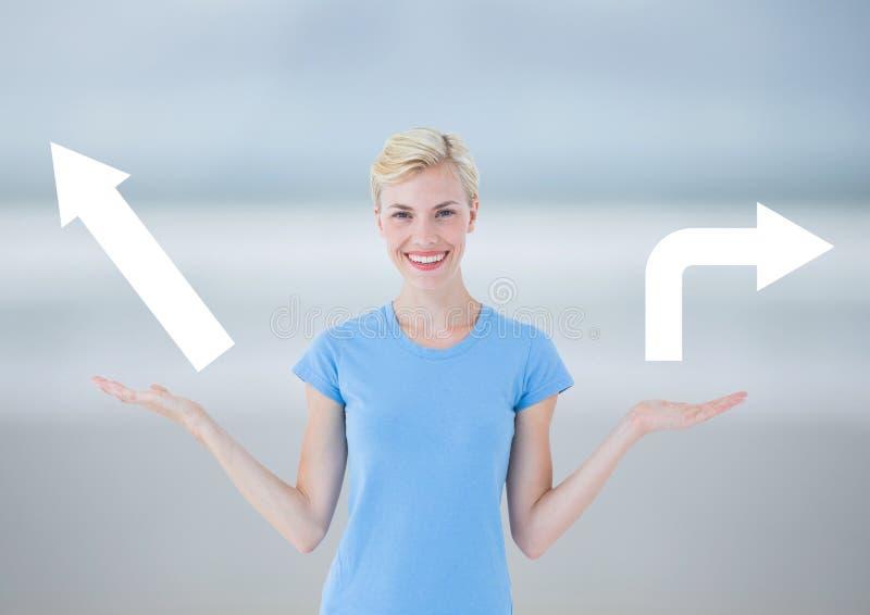 Mujer que elige o que decide flechas izquierdas o derechas con las manos abiertas de la palma imagenes de archivo