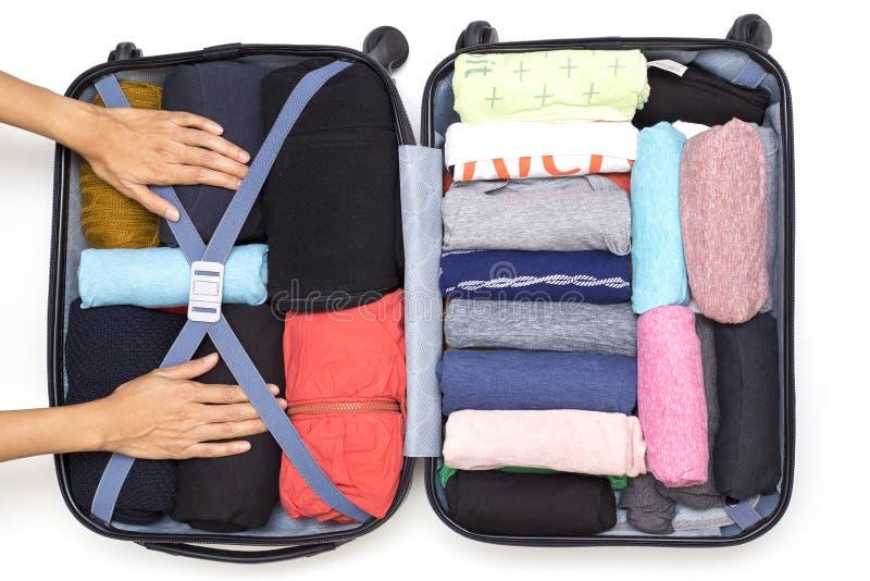 Mujer que embala un equipaje para un nuevo viaje fotos de archivo libres de regalías