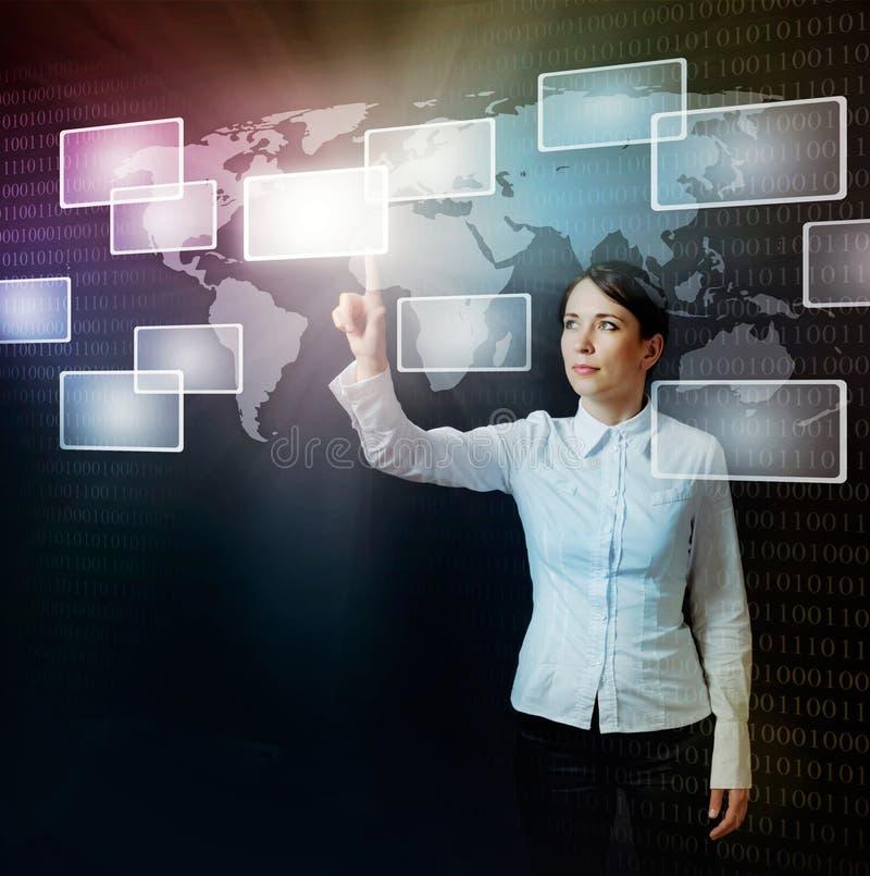 Mujer que empuja el botón virtual en interfaz del Web fotografía de archivo