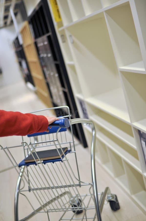 Mujer que empuja el carro de compras imágenes de archivo libres de regalías