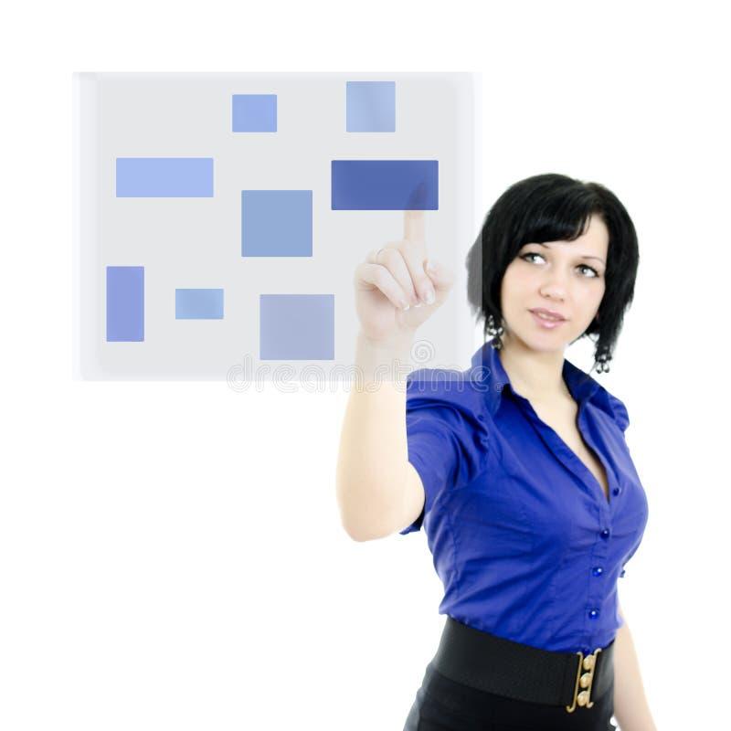 Mujer que empuja en una pantalla táctil imagen de archivo