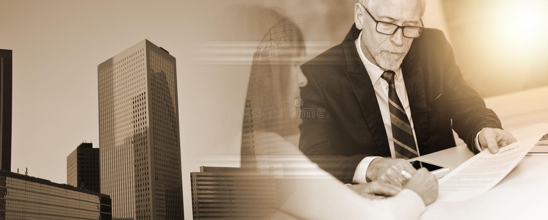 Mujer que encuentra a un consultor para los consejos, efecto luminoso Exposici?n m?ltiple imagen de archivo libre de regalías