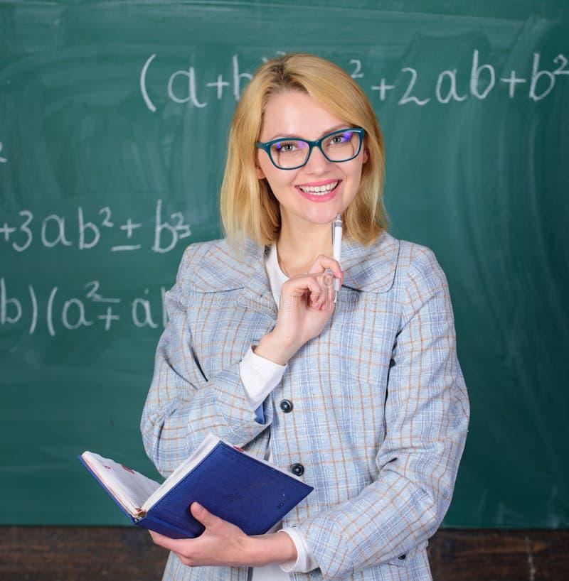 Mujer que enseña cerca de la pizarra Los principios pueden hacer la enseñanza eficaz y eficiente La enseñanza eficaz implica imágenes de archivo libres de regalías