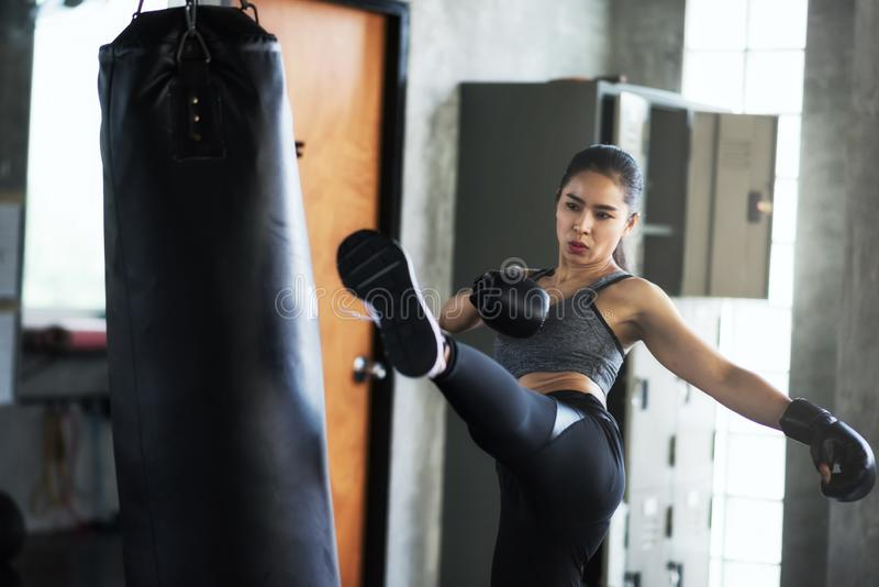 Mujer que entrena al boxeo tailandés en gimnasio fotos de archivo libres de regalías
