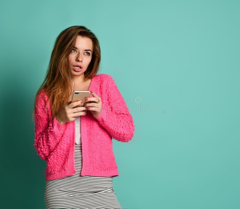 Mujer que envía un mensaje de texto en un teléfono móvil imagenes de archivo