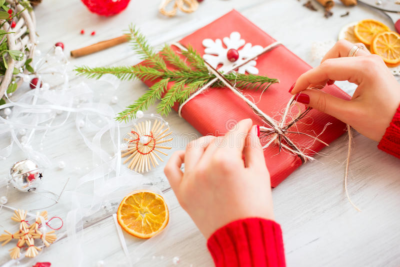 Mujer que envuelve para arriba regalos de Navidad foto de archivo