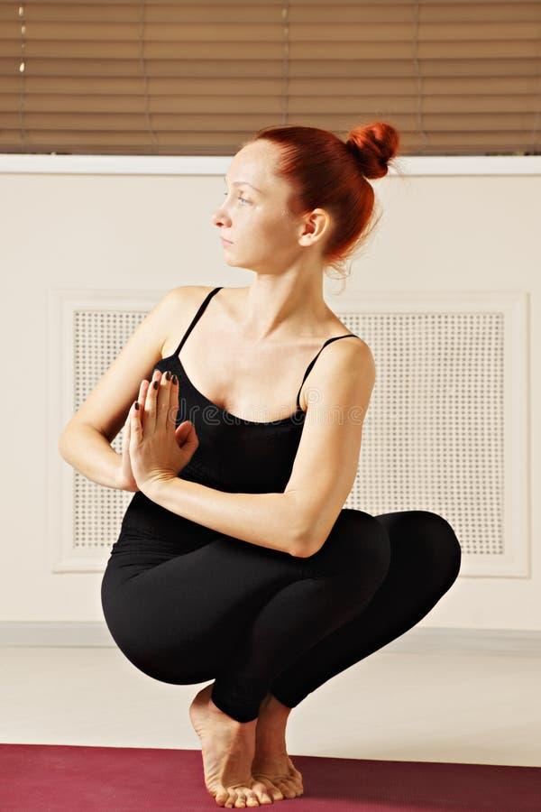 Mujer que equilibra en las extremidades de dedos del pie imagen de archivo libre de regalías