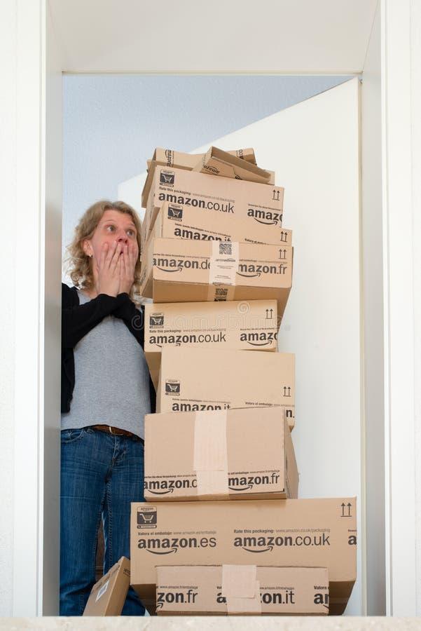 Mujer que es chocada por el Amazonas entrega de COM imágenes de archivo libres de regalías