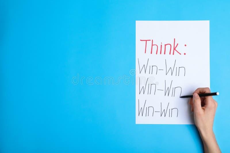 Mujer que escribe las inscripciones de motivación, visión superior con el espacio para el texto fotos de archivo libres de regalías