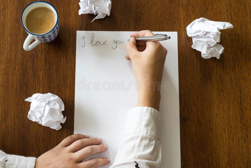 Mujer que escribe una letra romántica con el texto te quiero, espacio para el texto foto de archivo libre de regalías