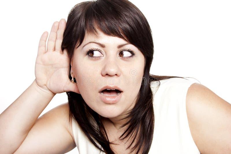 Mujer que escucha el chisme fotos de archivo libres de regalías