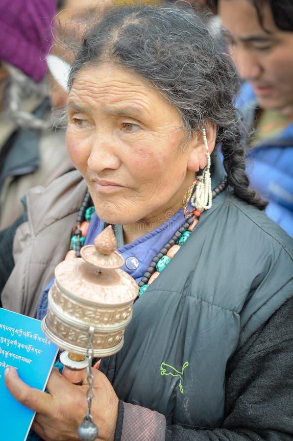 Mujer que escucha en Bihar imagen de archivo libre de regalías