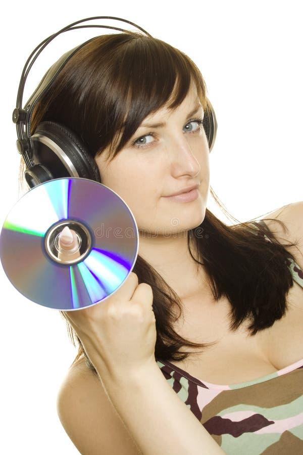 Mujer que escucha la música y que canta imagen de archivo