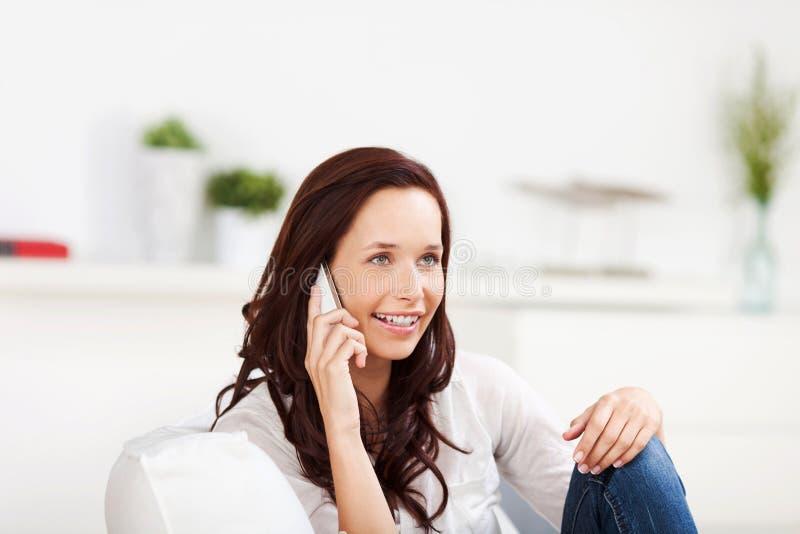 Mujer que escucha su teléfono móvil imágenes de archivo libres de regalías