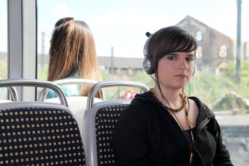 Mujer que escucha sus auriculares imagenes de archivo