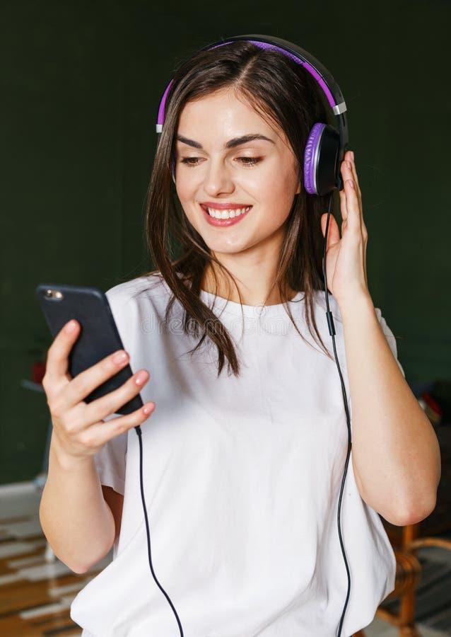 Mujer que escucha sus canciones preferidas imagenes de archivo