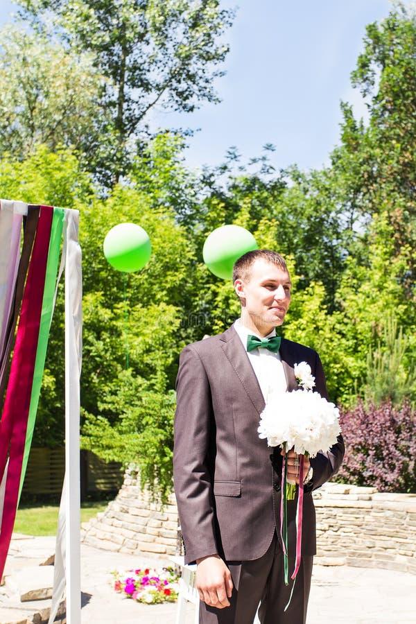 Mujer que espera del hombre joven Novia que espera del novio Apenas casado Cierre para arriba Ramo nupcial de la boda de flores fotos de archivo libres de regalías