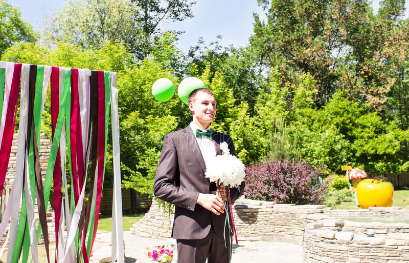 Mujer que espera del hombre joven Novia que espera del novio Apenas casado Cierre para arriba Ramo nupcial de la boda de flores foto de archivo