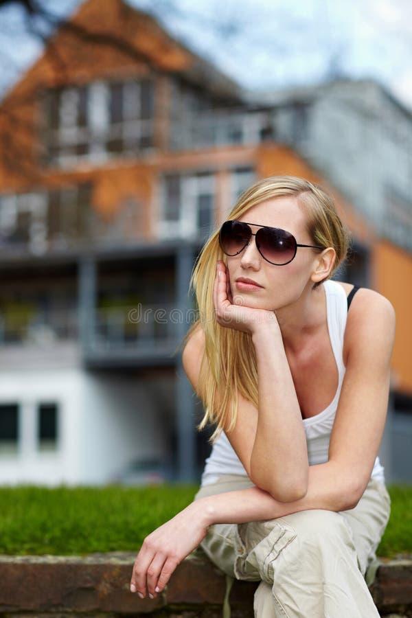 Mujer que espera delante de casa imágenes de archivo libres de regalías