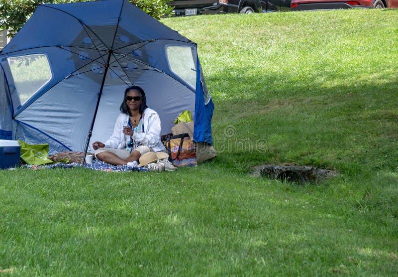 Mujer que espera el eclipse solar parcial imagen de archivo libre de regalías