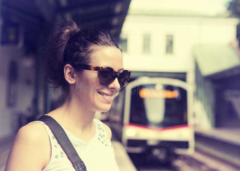 Mujer que espera en la estación de metro imágenes de archivo libres de regalías
