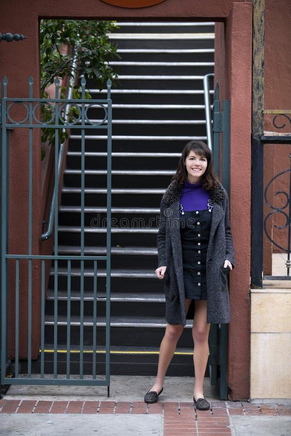 Mujer que espera fuera del apartamento o de la propiedad horizontal imagenes de archivo