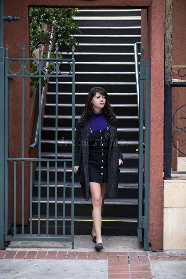 Mujer que espera fuera del apartamento o de la propiedad horizontal imagen de archivo