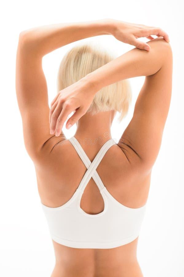 Mujer que estira deporte del entrenamiento de la yoga de los brazos detrás fotografía de archivo