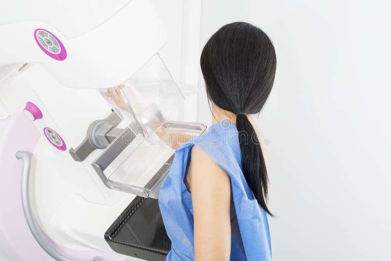 Mujer que experimenta la prueba de la radiografía del mamograma en hospital fotografía de archivo